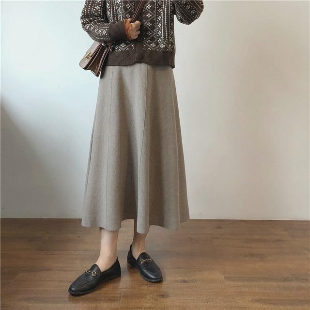 くすみカラーのニットスカート