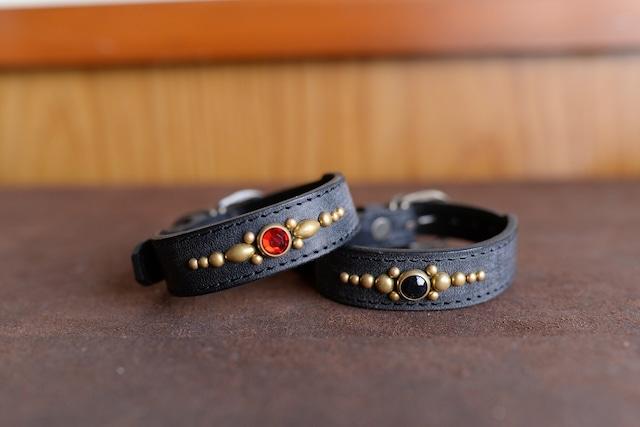 真鍮のスタッズを使った小型犬用の黒い革の首輪 K-sb1Gtb