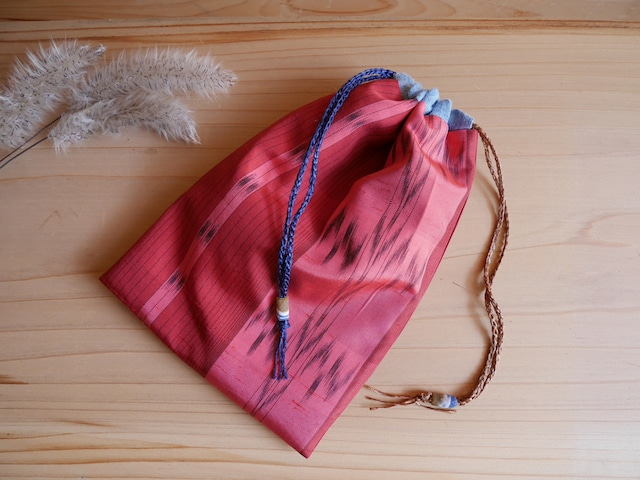 茜色濃淡の米沢琉球絣の巾着-草木染着物地(古布)から