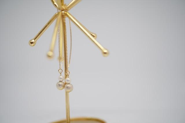 シルクのような艶のパールとゴールドボールのイヤリング