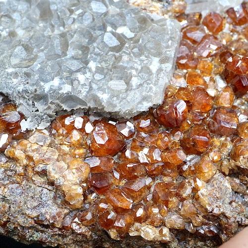 グロッシュラー ガーネット + カルサイト 方解石 95,5g GN126 原石 鉱物 天然石 パワーストーン