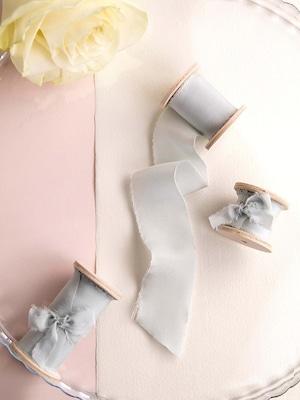 Grey Silk Ribbon (手染め手裂きタイプ) ■木製スプール付 グレイ