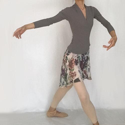 """*""""Beatrix"""" Deep V-neck Ballet Pullover - Sable Brown(『ベアトリクス』深V首バレエプルオーバー セーブル・ブラウン)"""