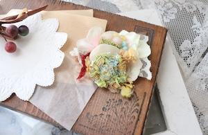 ビジューと布花をコラージュしたブローチ