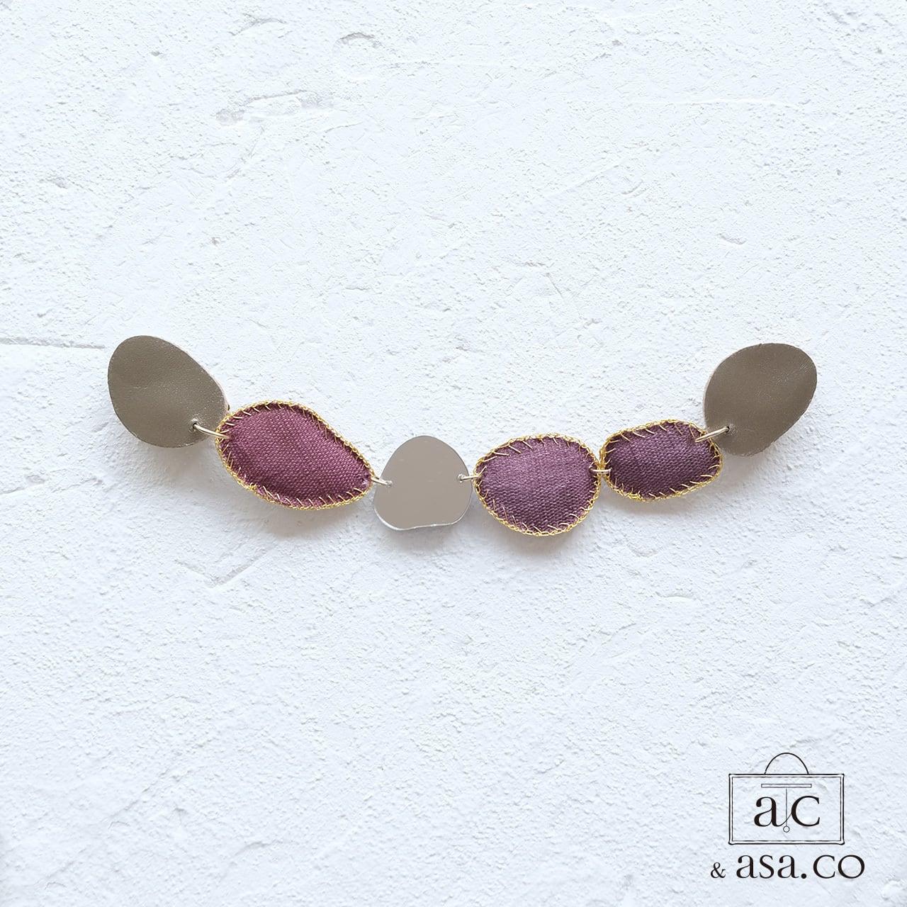 きらめき上品な衿元に 麻のブローチ〈 NeckStone 〉葡萄