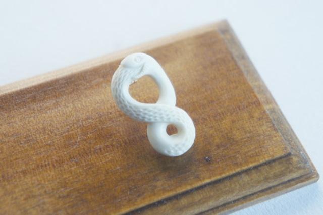 鹿骨彫刻の小さいピアス「light」尻尾をくわえた蛇