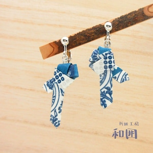 身につけるお守り・厄除け〈サン結び〉のイヤリング(藍銀)[003]友禅染和紙アクセサリー