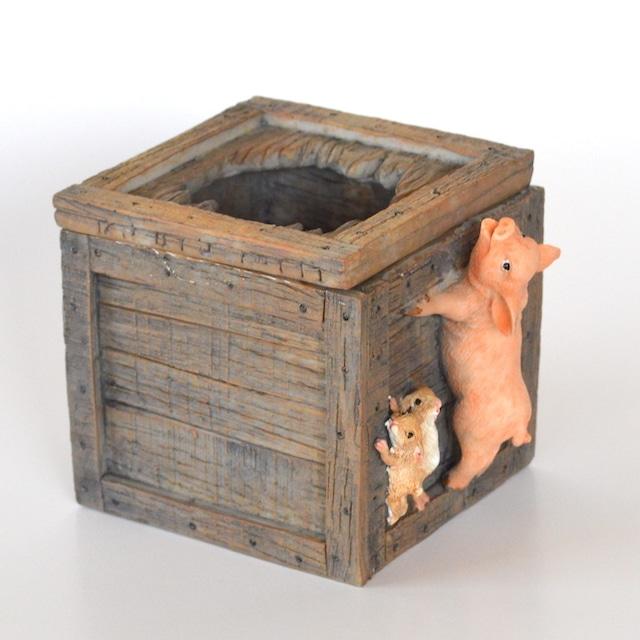 木箱をのぞく豚さん 82754 ぶた ブタ ミニチュア 動物 かわいい 置き物 ギフト 飾り オブジェ
