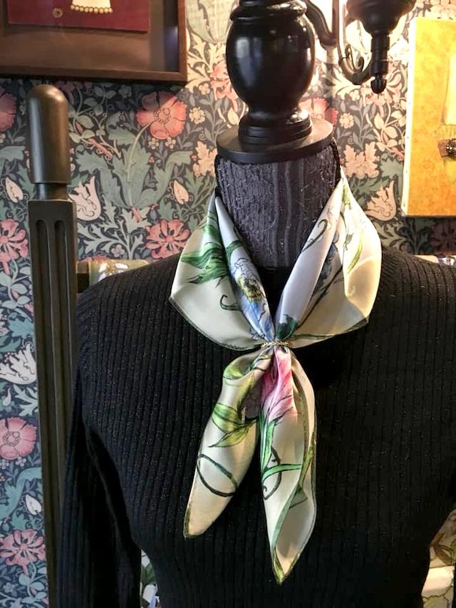 シルクスカーフ「ハチドリのいる庭」(アイボリー)50cm角