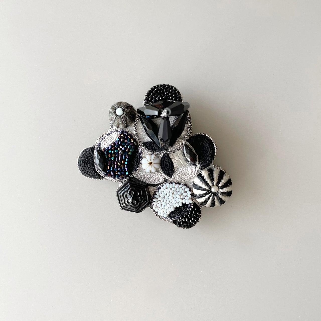 黒い泡のブローチ&ネックトップ