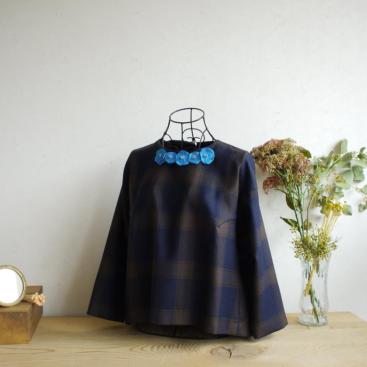 衿元を魅力的に 麻のブローチ〈 Romantic 〉Blue