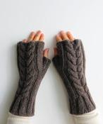 手編み機で編んだ  メリノウール・ケーブル編みアームウォーマー WOA-009