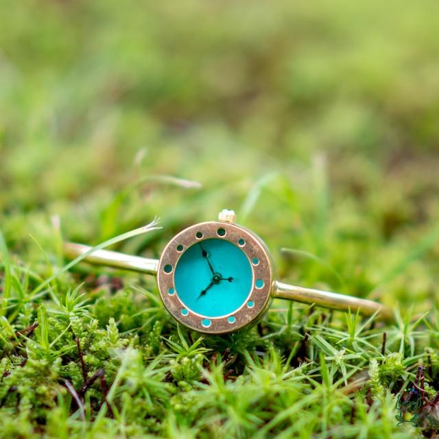 池のほとりのバングル型腕時計S青緑