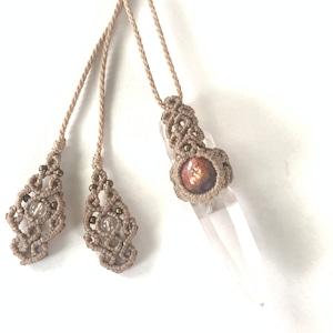 レムリアンシードクリスタル(ポイント水晶)とアイオライトサンストーンのマクラメ編みネックレス