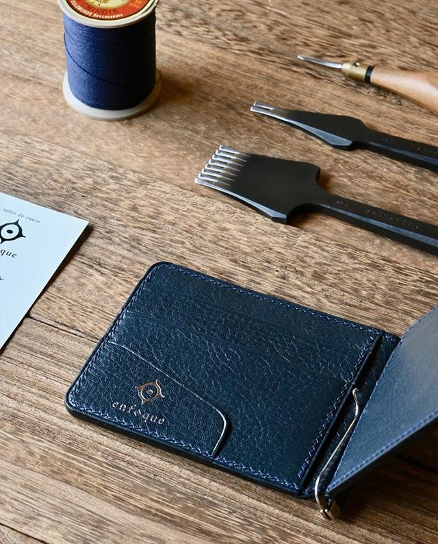 手縫い仕立てのマネークリップ財布 箔押しロゴ【ネイビー】