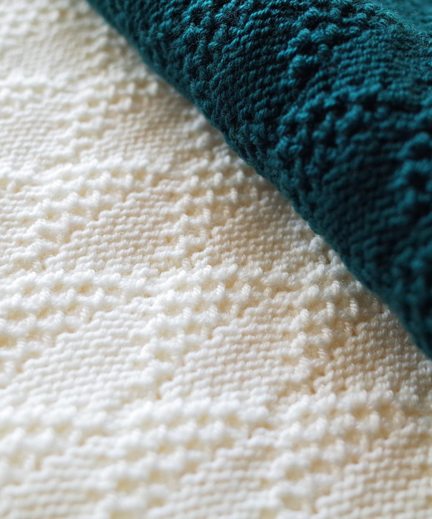 【予約販売】手編み機で編んだウール糸(NO.1)のおくるみ (WOA-050)