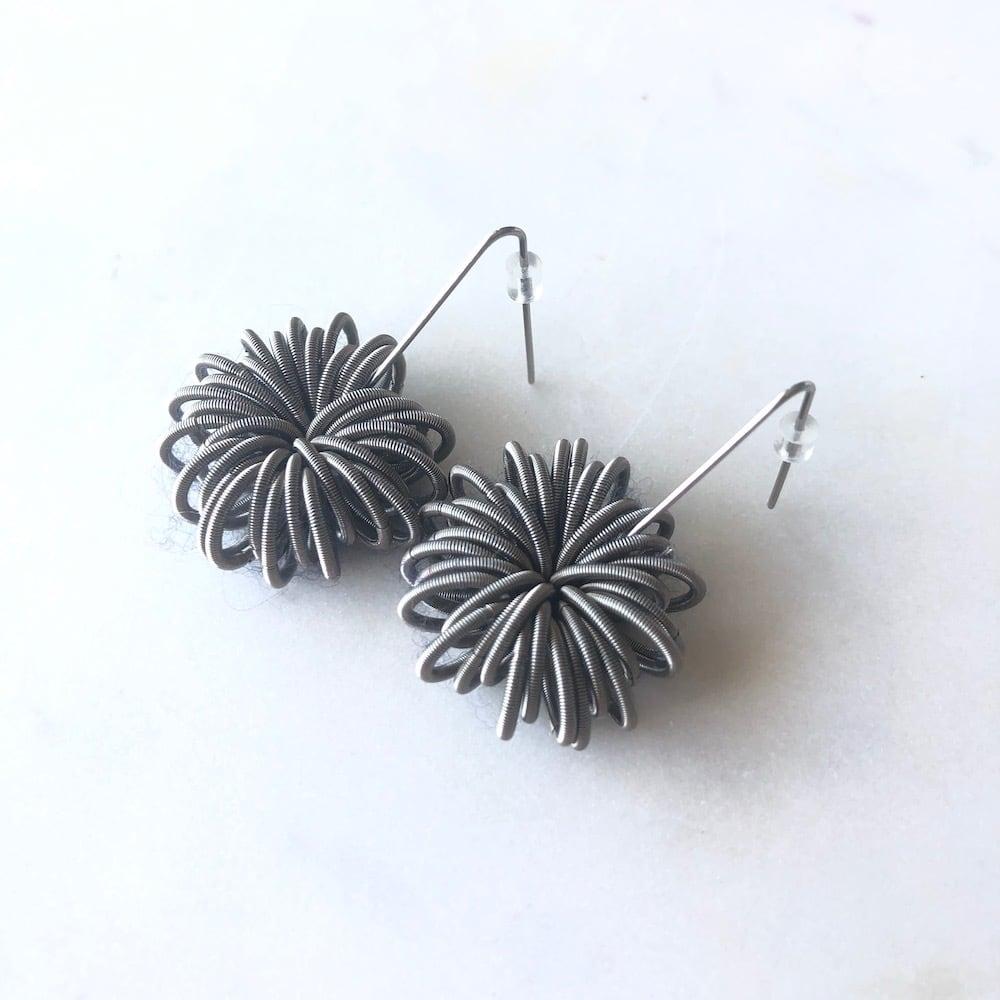 パリ発  菊のようなデザインのモダンピアス シルバーカラー