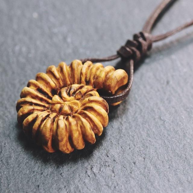 【受注制作】アンモナイト 木彫ペンダント〈樹種:オリーブウッド〉