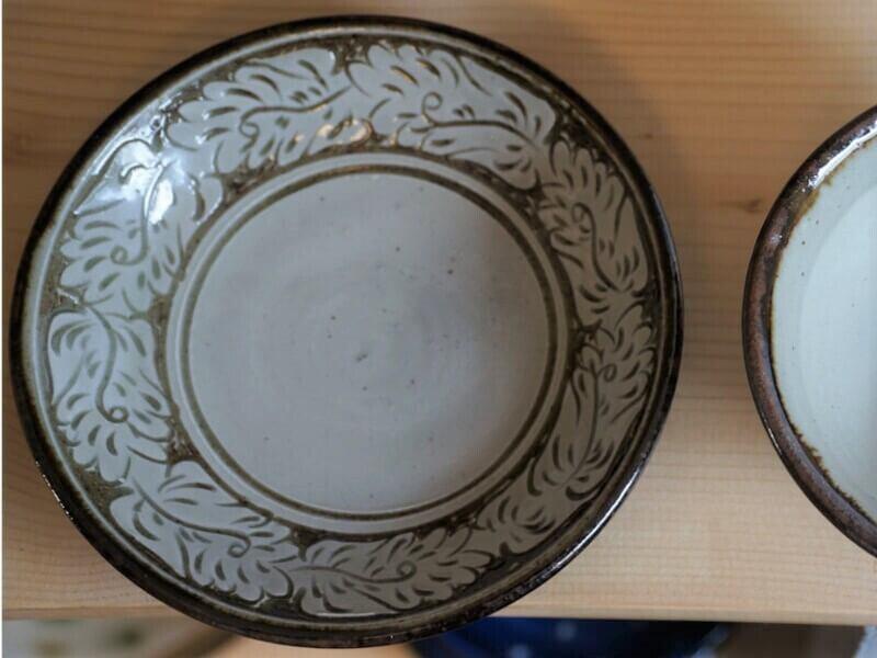 線彫り唐草シリーズ 線彫り唐草シリーズ 5寸皿(約15cm)白 【やちむん工房與那嶺】