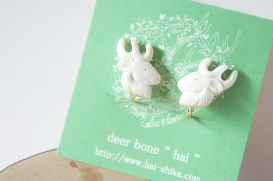 鹿骨彫刻の小さいピアス「light」鹿(左右セット)