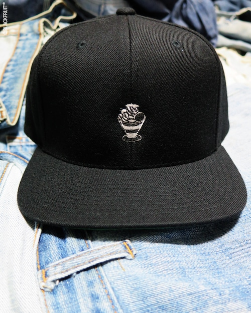 PARFAIT EMBROIDERED FLAT VISOR CAP
