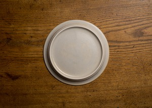 白化粧にリム線刻 7寸 プレート(リムプレート・中皿・22cm皿)/鈴木美佳子