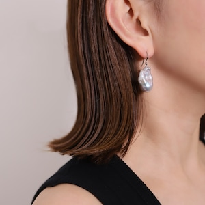 〈Sクラス〉Baroque pearl drop pierce / earring|ピアス・イヤリング - Ice blue