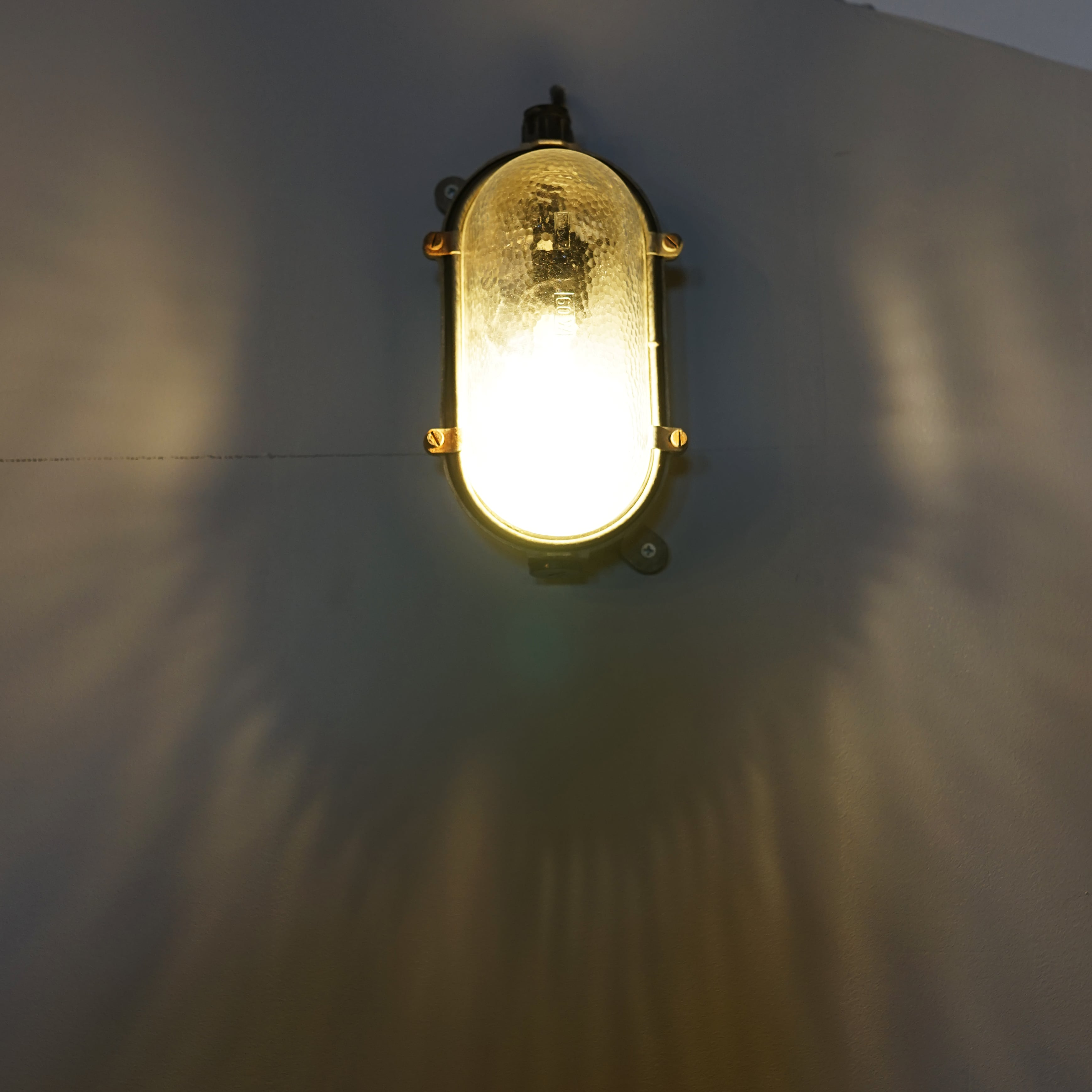 #01-04  Bracket room light