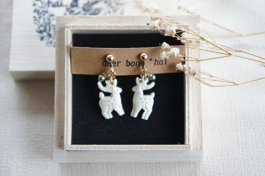 鹿骨彫刻の小さいピアス「light」鹿と木の実 (左右セット)