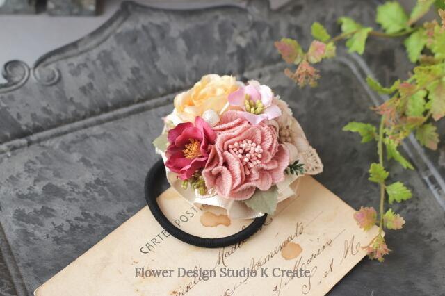 刺繍のお花と布花のヘアゴム ピンクベージュ お花 ヘアゴム 髪飾り 秋色 お出掛け ヘアアクセサリー