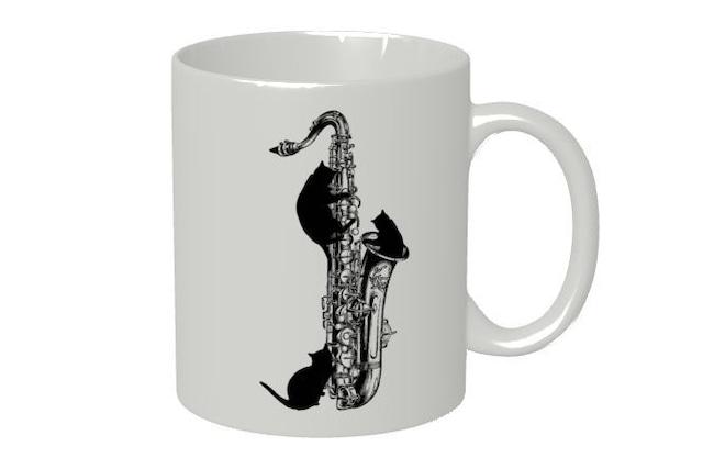 テナーサックスと黒猫のマグカップ