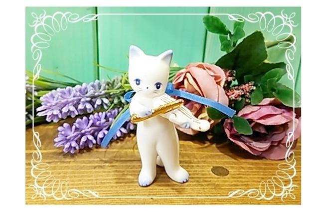 バイオリンを演奏する白猫