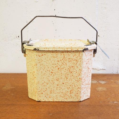 オレンジのホーローのお弁当箱