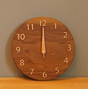 天然木のあたたかさを感じる。Amber 掛け時計 25cm/ウォールナット