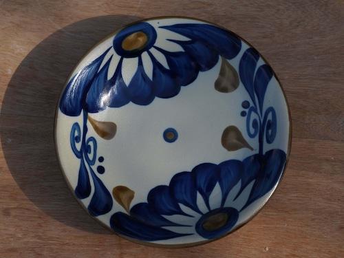 コバルトが鮮やかな唐草の6寸皿(約18cm)  【ヤチムン大城工房】