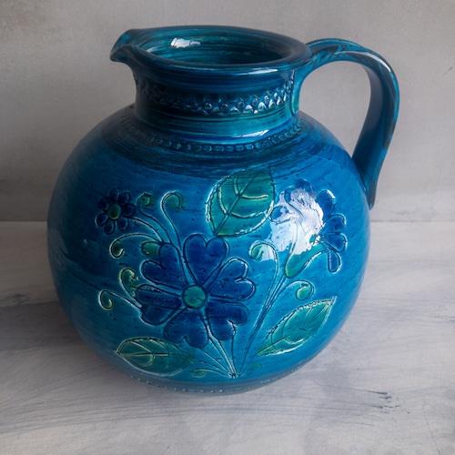 青い花柄の大きな水差し