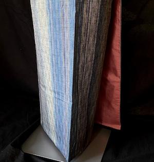 〈変わり縞の織り出し手織り紬〉SALE ふくよかな方にも 真綿紬 普段着着物 送料無料