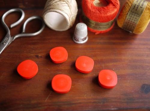 マットな赤色 ヴィンテージ プラスチックボタン 5PCS