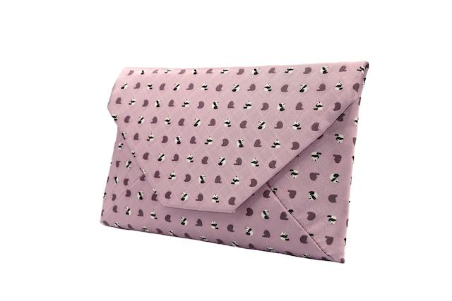 Atelier Kyoto Nishijin/お座りパンダ・西陣織シルク・数寄屋袋(すきやぶくろ)・B5サイズタブレット対応・撫子色(なでしこいろ)・日本製