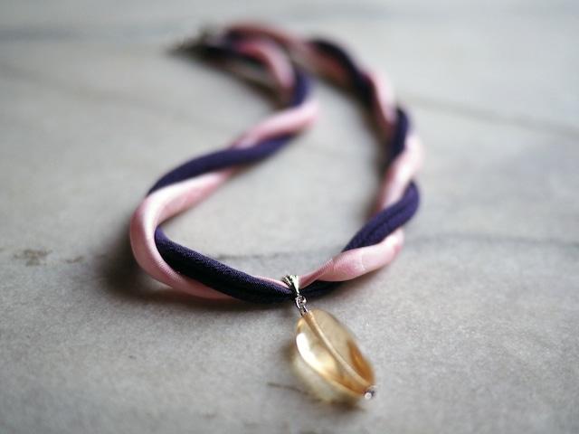 ピンク&パープルの着物とツイスト型クリスタルビーズのネックレス_織り模様色無地・縮緬+チェコガラス