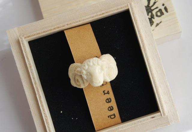 鹿角彫刻の指輪 巻き角の羊