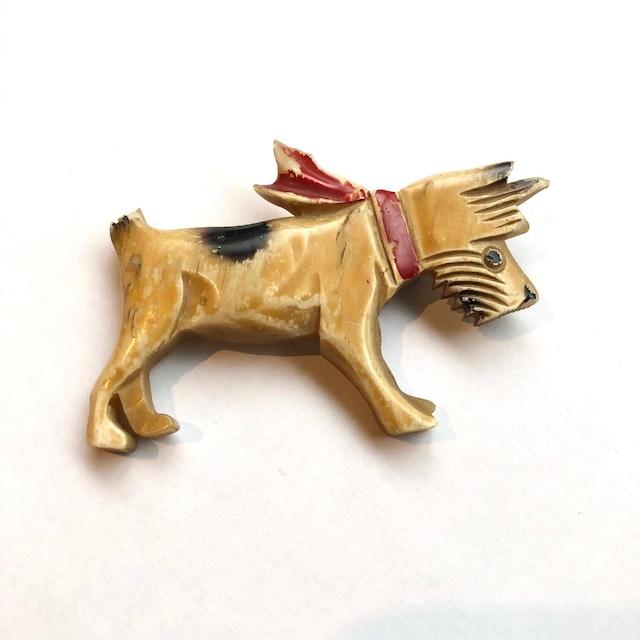 赤いスカーフをした犬のヴィンテージブローチ