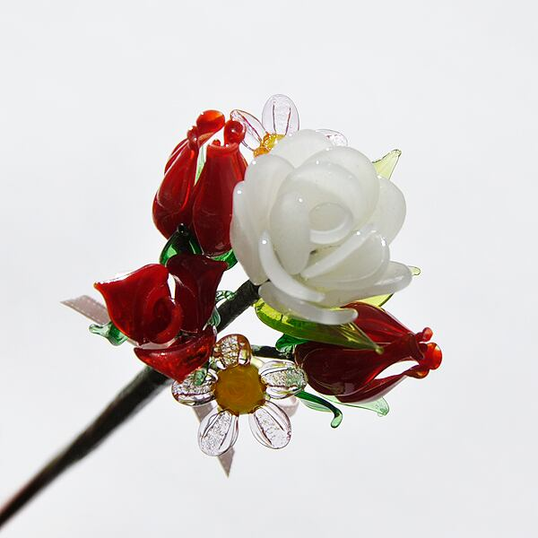 グラスフラワー プチブーケ(白いラナンキュラスとバラの蕾)