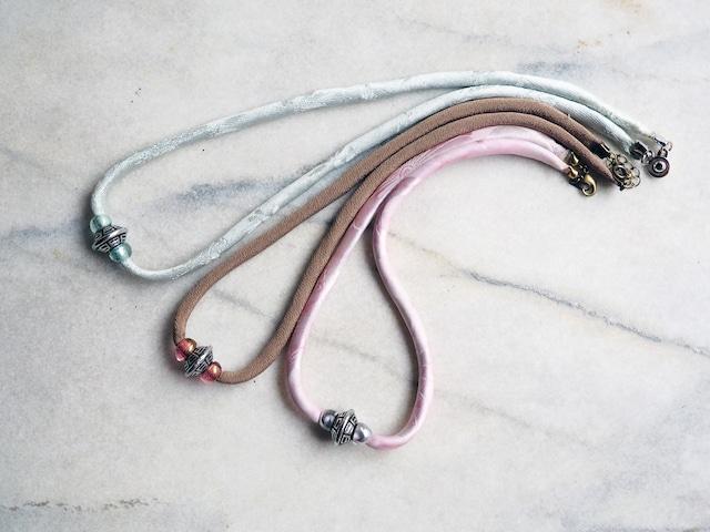 選べる三色 ペールカラーの光の透過が美しいチェコビーズとシルクコードのネックレス--着物地から