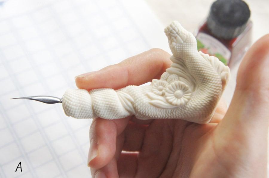 鹿角彫刻のペン軸(蛇とハルジオン)