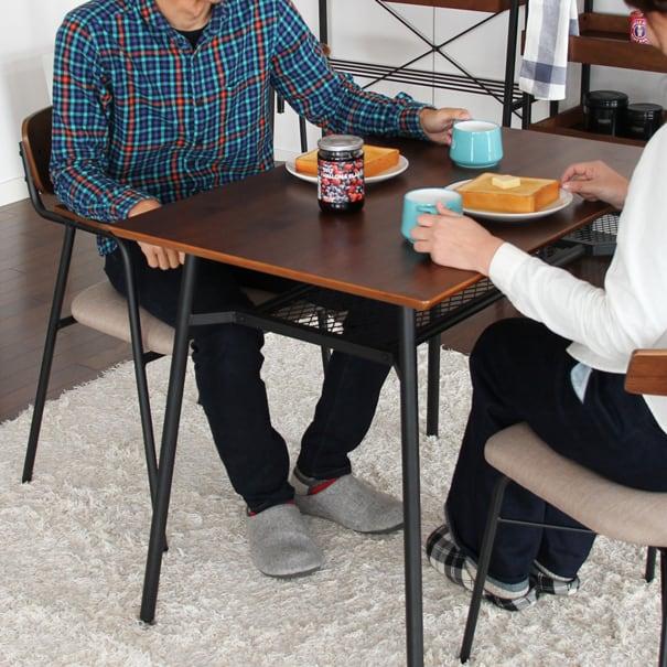 インダストリアルなダイニングテーブル。1人暮らしの方にオススメしたいコンパクトサイズ。