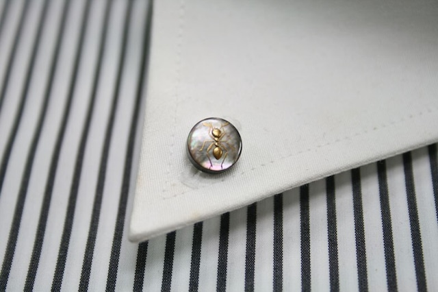 蟻(黒蝶貝)の漆塗りのボタンダウンピアス。 1点1点石川県の山中塗りの職人が黒蝶貝に漆で手描きで作っています。
