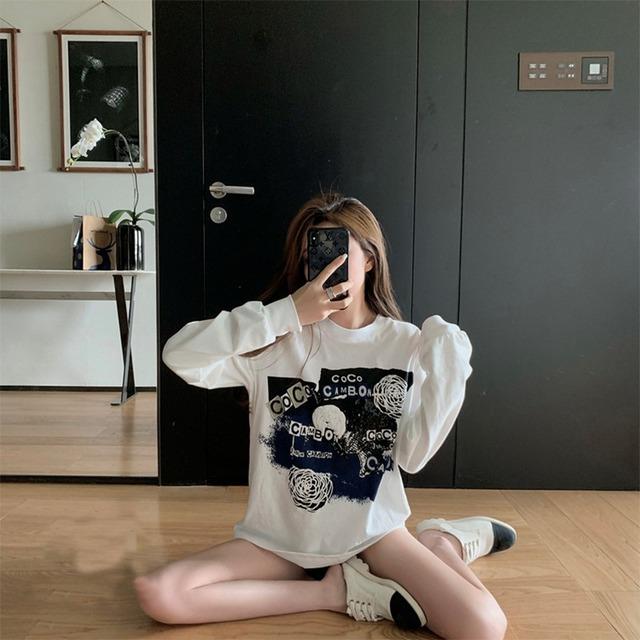 ホワイトベースの薄い生地のブラックプリント長袖Tシャツ 【210427】