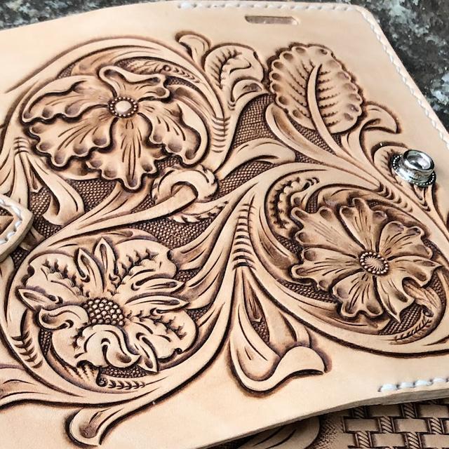 【iPhoneケース】各種対応  手彫り 手縫い 本革/レザー シェリダンスタイル/フラワーカービング ハンドメイド ハーマンオークレザー使用 IP-B-3FC1 LEVEL7