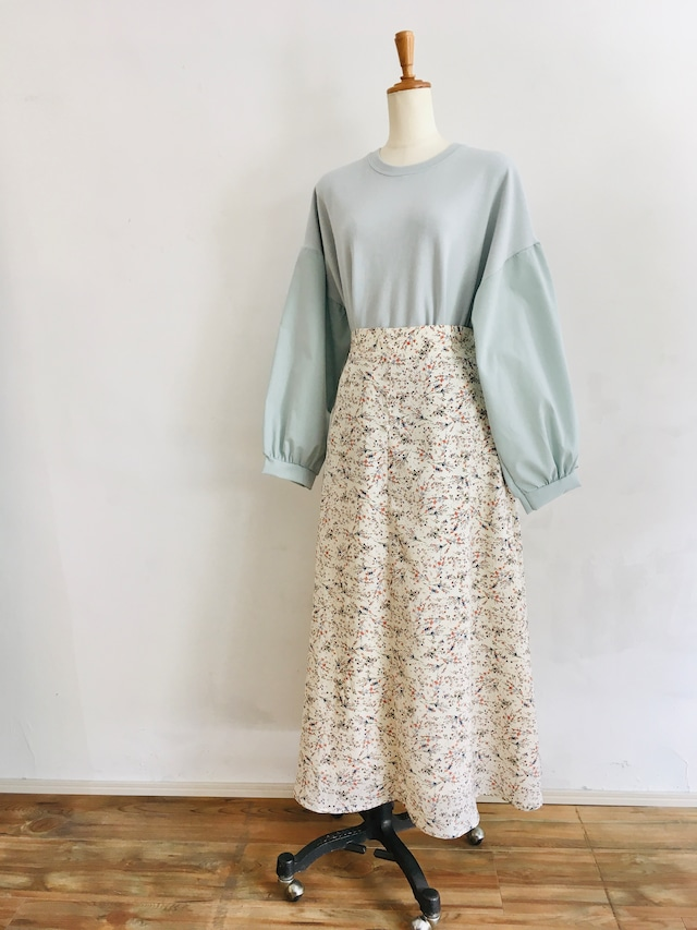 カラフルな小花柄スカート